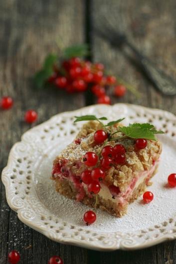 Punase sõstra kook hapukoore ja martsipaniga