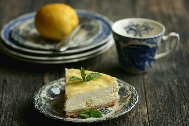 c68fa204614 Võta kook ahjust ja lase 20 minutit jahtuda. Sega hapukoor, suhkur ja  sidrunimahl, vala koogile. Küpseta 230-kraadises ahjus 5-7 minutit.